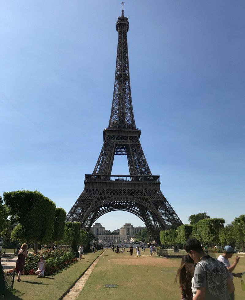 Foto: Traveling ke Paris tak lengkap tanpa mampir ke Menara Eiffel. Menara ikonik yang tingginya mencapai 300 meter (Ahmad Toriq/detikTravel)