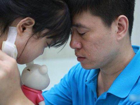 Bikin Nangis, Kisah Haru di Balik Foto Anak Kecil Kasih Koin ke Ayahnya