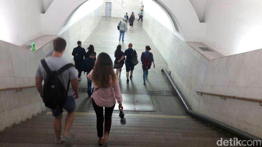 Gampang-gampang susah, itulah kesan pertama sewaktu menjajal naik Kereta Bawah Tanah (Metro) Moskow. Kendala bahasa jadi masalah utama, kita harus banyak bertanya jika tidak ingin tersesat. Suasana stasiun di Moskow cukup ramai (Novi/detikTravel)