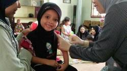 Bagi beberapa anak, imunisasi sangat menakutkan. Kasihan sih kalau sampai trauma, tapi ekspresinya memang kadang sangat menggemaskan.
