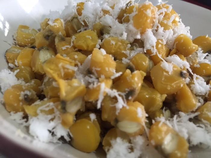 Grontol adalah jajan pasar yang terbuat dari pipilan jagung rebus. Teksturnya empuk dengan cita rasa gurih, makin enak ditaburi kelapa parut. (Foto: detikFood)