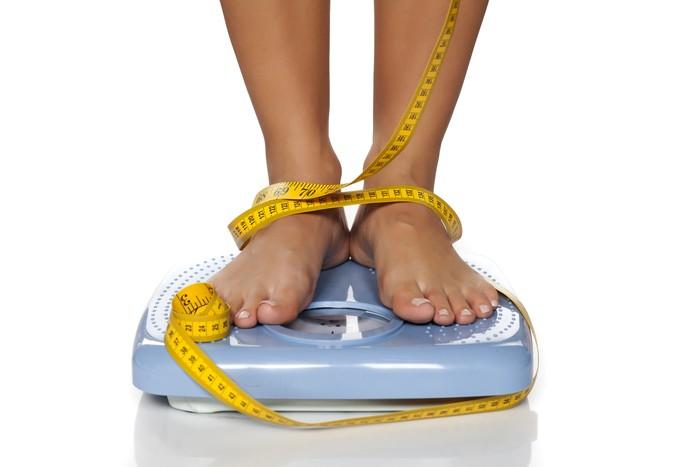 Sebuah penelitian di Cornell University membandingkan kebiasaan 162 laki-laki dan perempuan di pagi hari selama 2 tahun. Hasilnya, mereka yang punya rutinitas menimbang berat badan di pagi hari cenderung punya IMT yang lebih ideal. Foto: Thinkstock