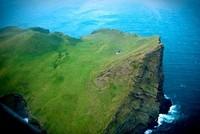 Rumah ini terdapat di Pulau Ellidaey yang masuk kawasan Kepulauan Vestmannaeyjar, di bagian selatan Islandia. Rumah ini dibangun oleh Ellidaey Hunting Association yang merupakan komunitas para pemburu burung puffin (Lifes Forum/Facebook)