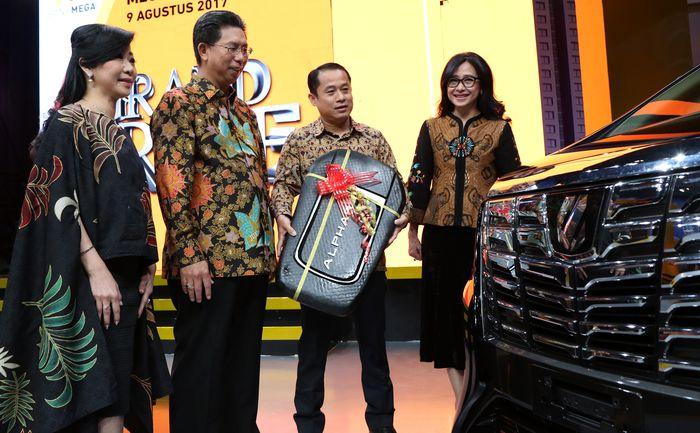 Hadiah undian grand prize tersebut secara simbolis diserahkan oleh Direktur Utama, Kostaman Thayib didampingi oleh Direktur Funding & Network, Diza Larentie serta Regional Head Bandung, Rika Rahayu Begawan di Jakarta. (Bank Mega)