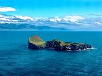 Banyak orang menyebut, rumah paling terpencil atau kesepian di dunia. Tentu saja julukan ini karena hanya ada satu rumah di pulau ini. Rumah ini berupa pondok besar yang dibangun pada tahun 1953. Rumah ini dikelilingi hamparan padang rumput, perbukitan dan sebatang pohon (Lifes Forum/Facebook)