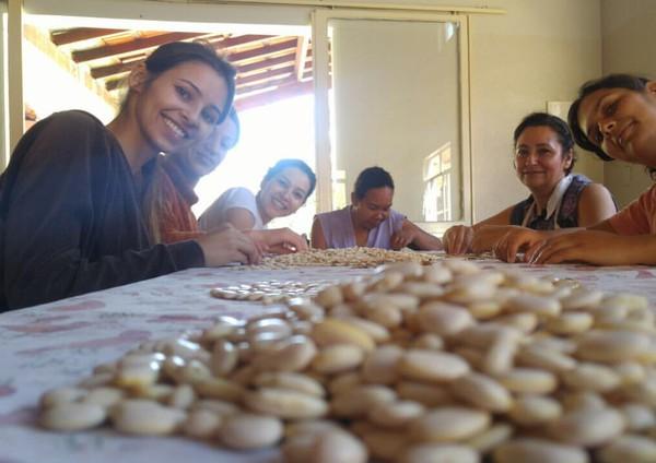 Mereka bahagia dan hidup seperti masyarakat biasa pada umumnya. Mereka juga mempersilahkan siapa saja datang, termasuk turis laki-laki datang ke desa (Noiva do Cordeiro/Facebook)