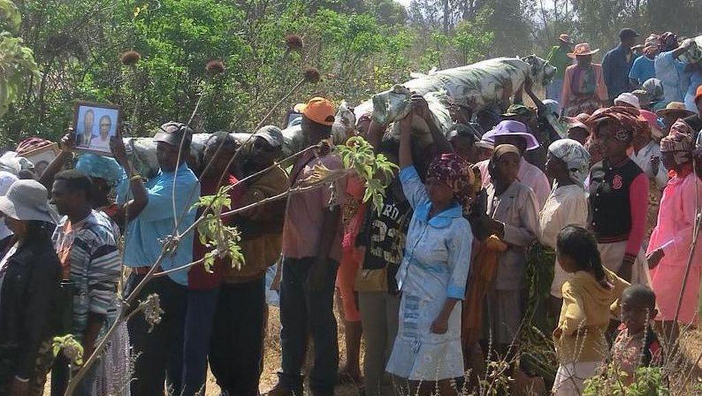 Tradisi Gali Kubur & Joget Bareng Jenazah di Madagaskar