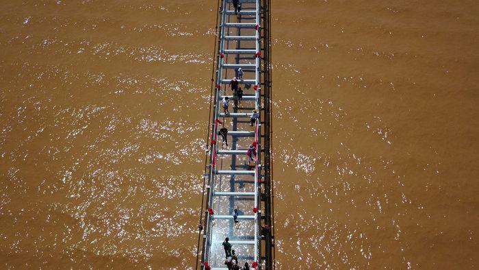 Jembatan kaca ini melintasi Sungai Kuning di daerah Zhongwei, Ningxia Hui. (Chinadaily)