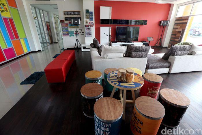 Kantor PT IKT yang terinspirasi dari Kantor Google Amerika itu didesain senyaman mungkin bagi karyawan agar mereka dapat berasa seperti di rumah sendiri dengan sejumlah fasilitas diantaranya studio band, ruang fitnes, ruang penitipan anak hingga ruang untuk karaoke dan bermain PS4.