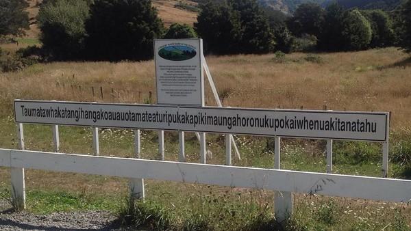 Nama tersebut menggunakan bahasa Moni yang artinya kurang lebih adalah, puncak di mana Tamatea pria dengan lutut besar, pendaki gunung yang bertualang menjelajahi tanah dengan memaikan serulingnya yang dia cintai. (Instagram/alicely_wu)