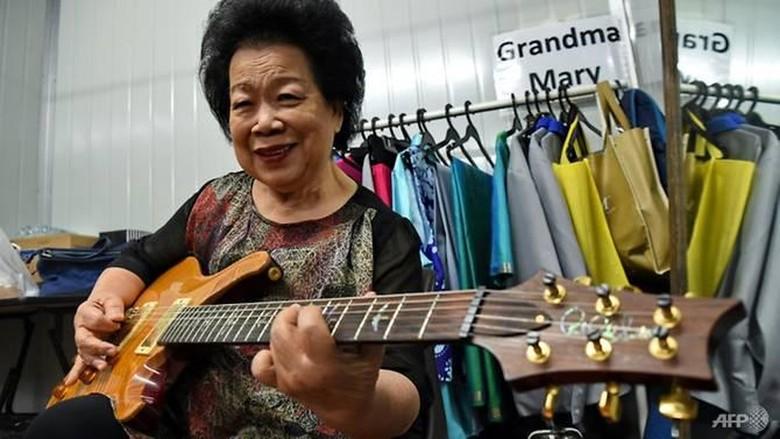 Keren! Nenek 81 Tahun Ini Wujudkan Mimpi Jadi Gitaris Rock