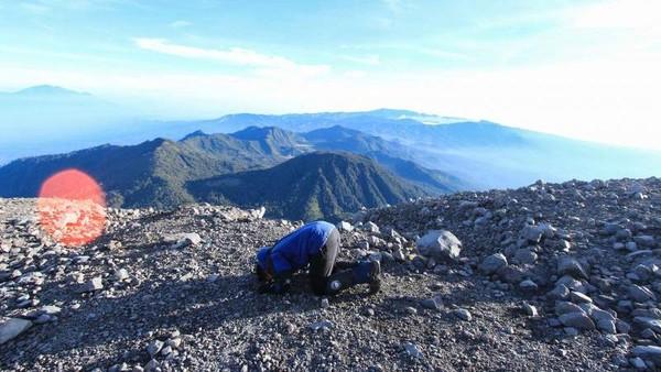 Ayo siapa yang sudah salat di Puncak Semeru? Band Dewa 19 pun sampai mengabadikan keindahan gunung ini lewat lagu berjudul Mahameru. Foto: (pradikta42/dTraveler)