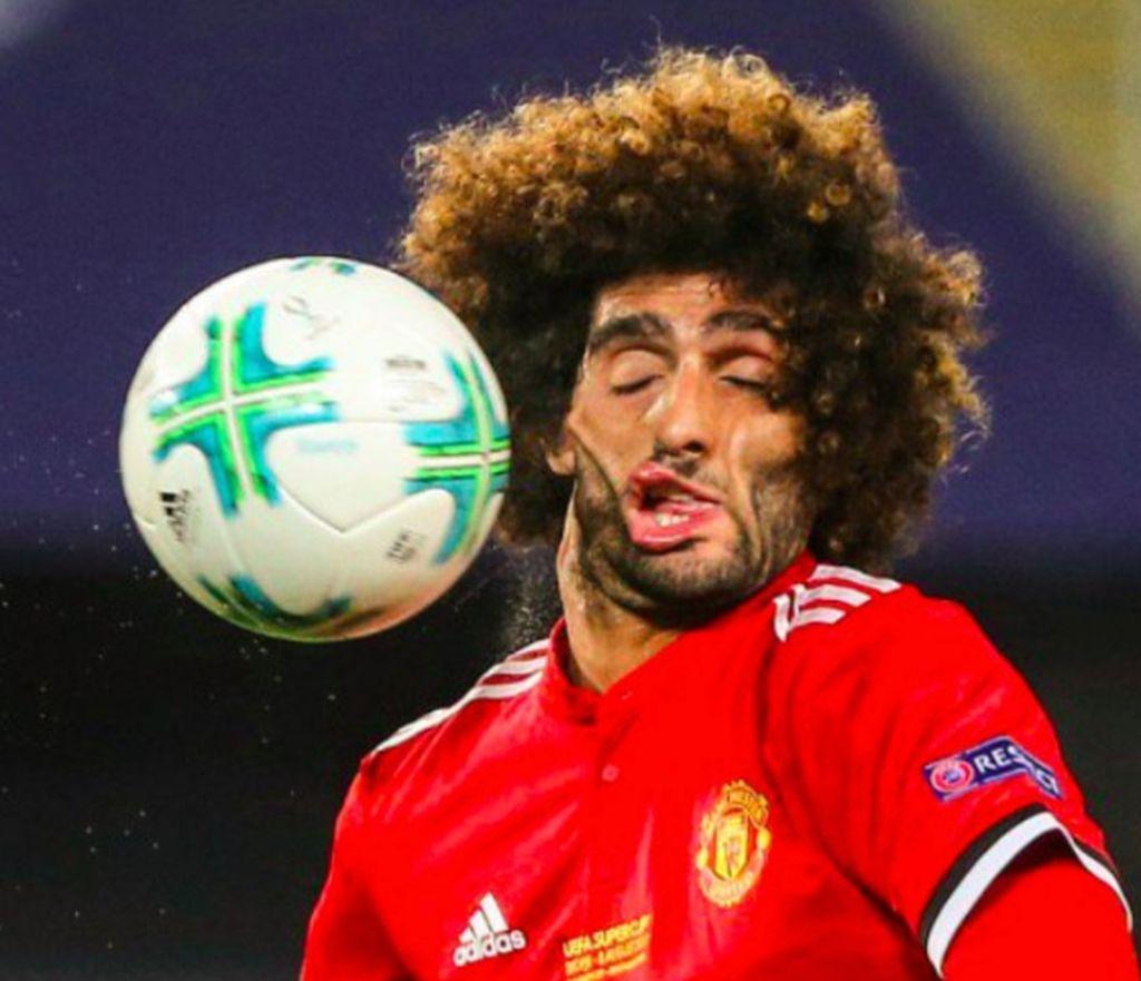 Ini wajah Fellaini yang tak karuan ke segala penjuru setelah kena bola yang menghantamnya dengan telak. Foto: istimewa