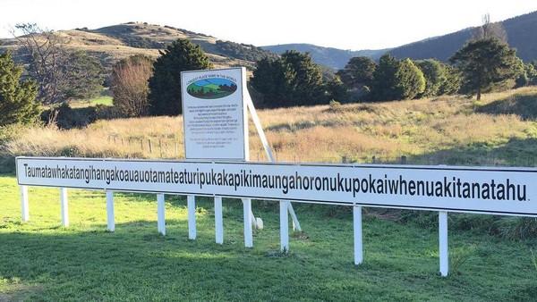 Bahkan untuk sampai ke sana, terdapat beberapa papan penujuk bertuliskan Longest Place Name yang artinya nama tempat terpanjang di dunia. Sesampainya di sana, suatu papan dengan nama bukit tersebut yang memiliki 85 karakter terpampang membelakangi perbukitan hijau. (Instagram/lizkey22)