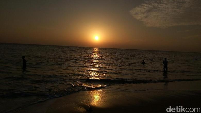Sunrise cantik dari Pantai Nipah (Agus/detikTravel)