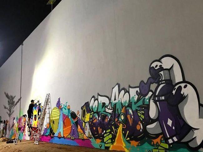 Empat seniman jakarta dan bandung bikin mural di rptra for Mural kalijodo