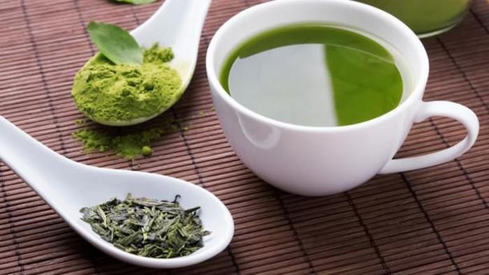 Temani waktu santai Anda hari ini dengan segelas teh hijau. Efek dari minum teh hijau juga bisa terasa untuk membantu memperbaiki kondisi otot yang sakit. Teh hijau kaya antioksidan yang bersifat anti-inflamasi. Tak heran, para atlet yang rentan menderita pegal otot gemar mengonsumsi minuman ini. Foto: Istimewa
