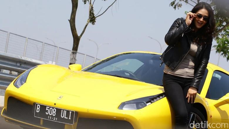 Dewi Gilang dan mobil Ferrari (Foto: Hasan Alhabshy)