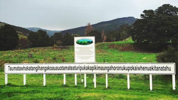 Terletak di Porangahau, North Island, perbukitan ini terkenal karena namanya yang cukup membuat lidah melilit. Sebut saja: Taumatawhakatangihangakoauauotamateaturipukakapikimaungahoronukupokaiwhenuakitanatahu (Instagram/wandererescapade)