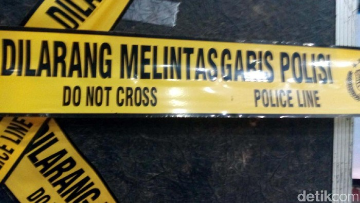 Garis Polisi/Police Line. Dilarang melintas garis polisi