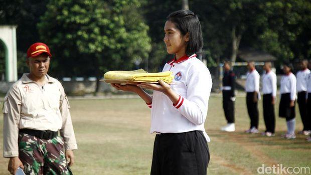 Anggota Paskibraka dididik oleh unsur Pelatih dan Pembina.