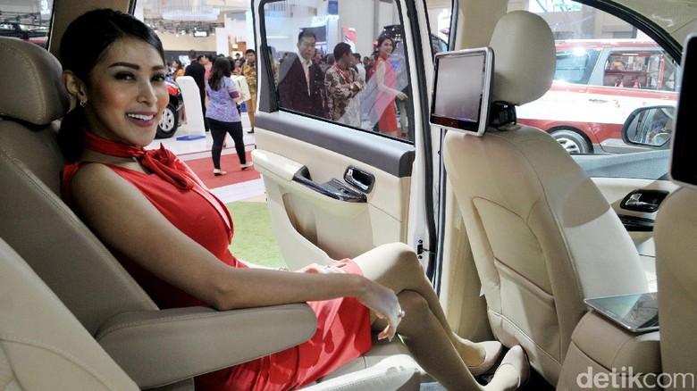 Model duduk di kabin Wuling Confero S (Foto: Ari Saputra)