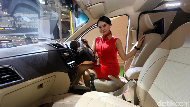 Model duduk di kabin Wuling Confero (Foto: Ari Saputra)
