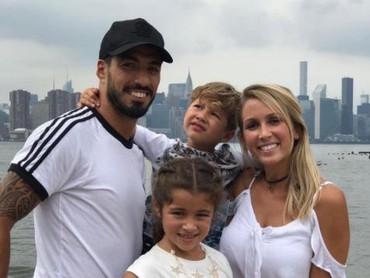 Luis Suarez juga terlihat kompak bersama keluarganya. Adem banget ya, Bun, melihat keakraban mereka. (Foto: Instagram @luissuarez9)