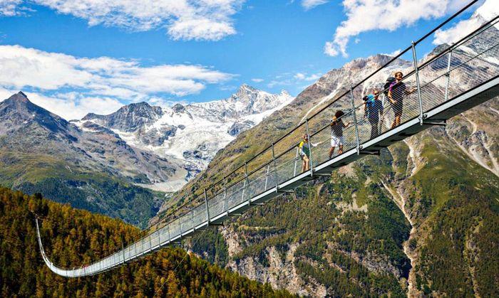 Jembatan ini memiliki panjang 1.620 kaki atau 493,776 meter dengan ketinggian 300 kaki atau 91 meter dari dasar jurang di celah pegunungan Alpen. Jembatan yang diberi nama Jembatan Charles Kuonen ini menghubungkan kota Grachen dan Zermatt. Istimewa/inhabitat.