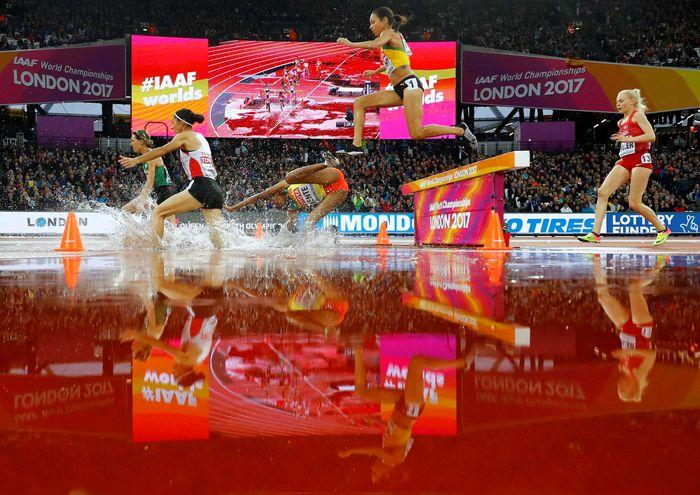 Sejumlah atlet jatuh saat pemanasan. REUTERS/Kai Pfaffenbach.