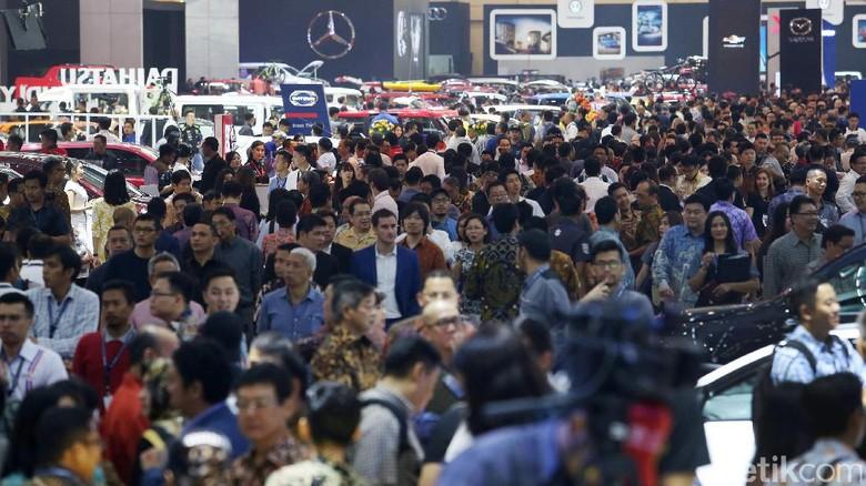 Para pengunjung memadati pameran Gaikindo Indonesia International Auto Show (GIIAS) di ICE, BSD, Tangerang, Kamis (10/8). Seperti apa keramaiannya?