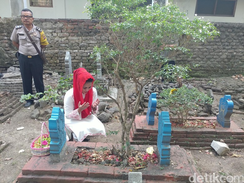 Puti Guntur Soekarno Ziarah ke Makam Pendiri Pesantren di Cirebon