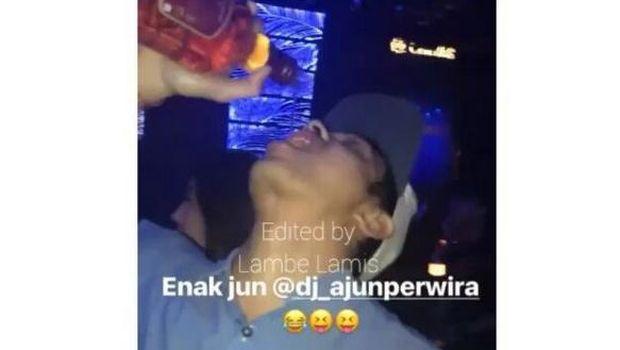 Ajun Perwira dicekoki minuman.