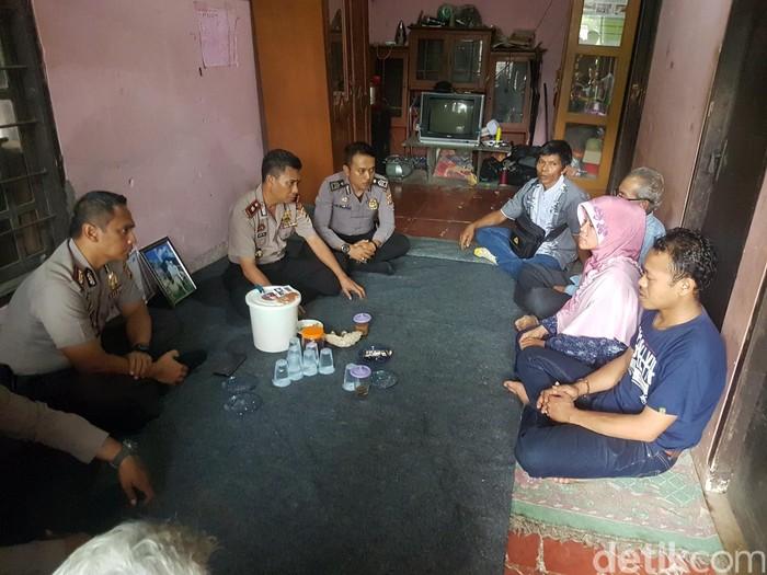 Kapolres Sukabumi AKBP M Syahduddi bertemu keluarga SR. (Foto: Syahdan Alamsyah)
