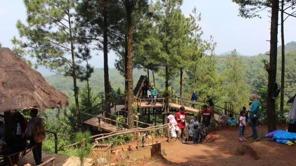 Tempat wisata ini terletak di Desa Pabangbon, Kecamatan Leuwiliang, Kabupaten Bogor. Dari pusat Kota Bogor, dapat diakses melalui Jalan Leuwiliang-Bogor. Waktu tempuh untuk menuju ke lokasi kurang lebih 1 jam 31 menit.(Brigida Emi Lilia/dTraveler)