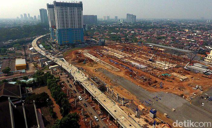 Pekerja dan alat berat mengerjakan pembangunan depo di lahan bekas Stadion Lebak Bulus.