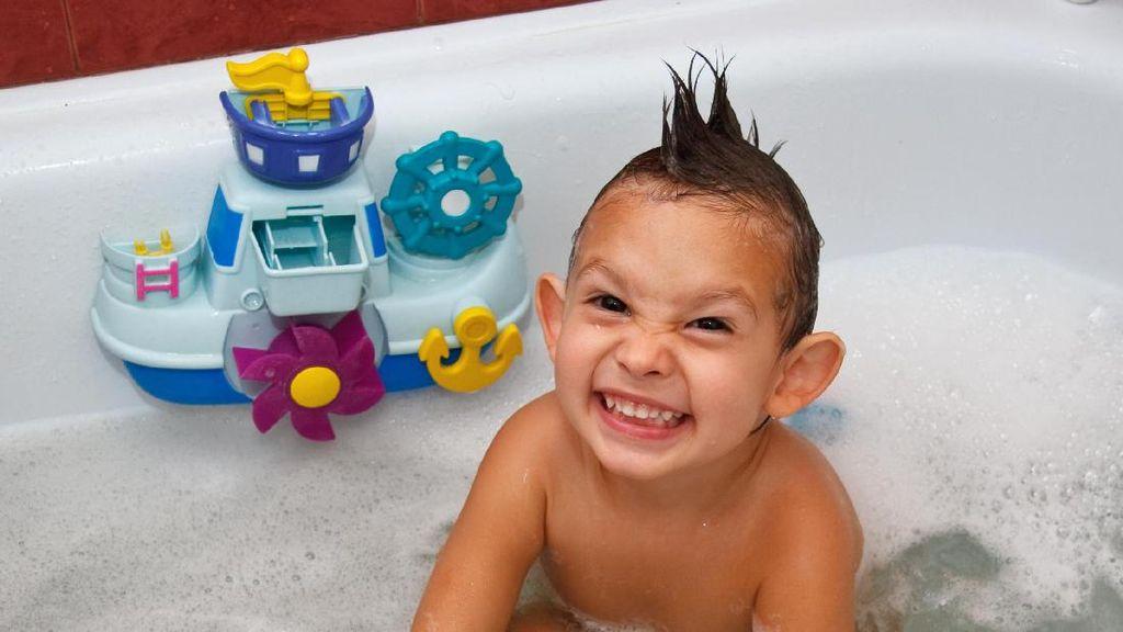 Ini Alasan Orang Tua Perlu Rutin Bersihkan Mainan Mandi Anak