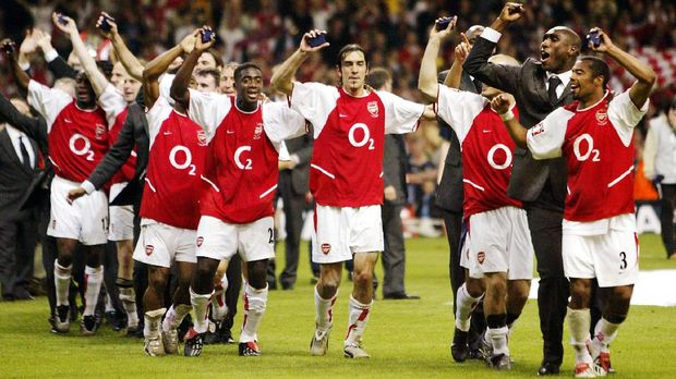 Ashley Cole (R) and Sol Campbell (2nd R) lead the Arsenal team celebrations at the end of the FA Cup Final at The Millenium Stadium in Cardiff  17 May 2003. Arsenal beat Southampton 1-0 with Thierry Henry man of the match. AFP PHOTO Odd ANDERSEN / AFP PHOTO / ODD ANDERSEN