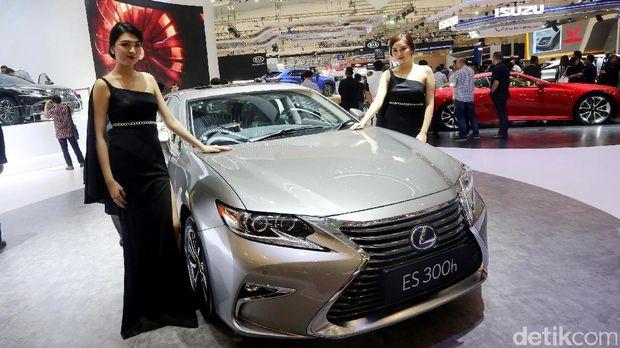 Agnes (kiri) dan rekannya di Lexus