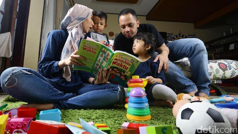 Manfaat membaca buku cerita bersama anak/ Foto: Hasan Al Habsy