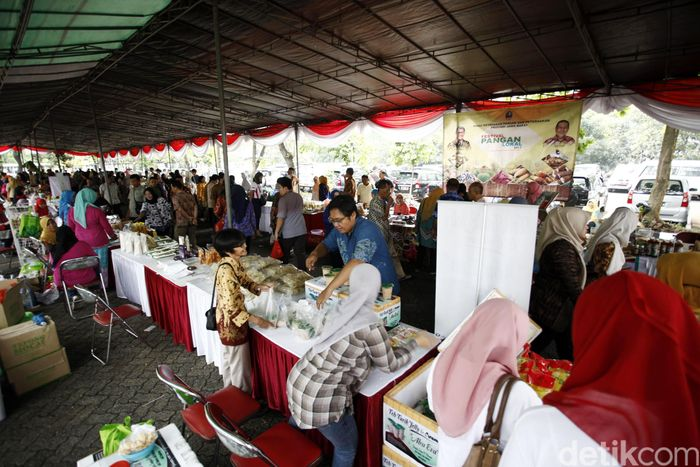 Bazar digelar di bawah tenda di halaman Gedung Kementan.
