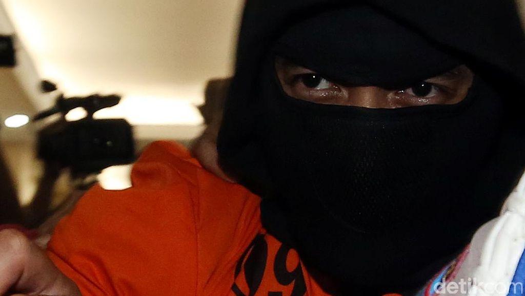 Foto: Kenakan Baju Tahanan, Ello Dibawa ke Sel