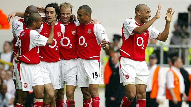 Henry saat masih berseragam Arsenal (kanan).