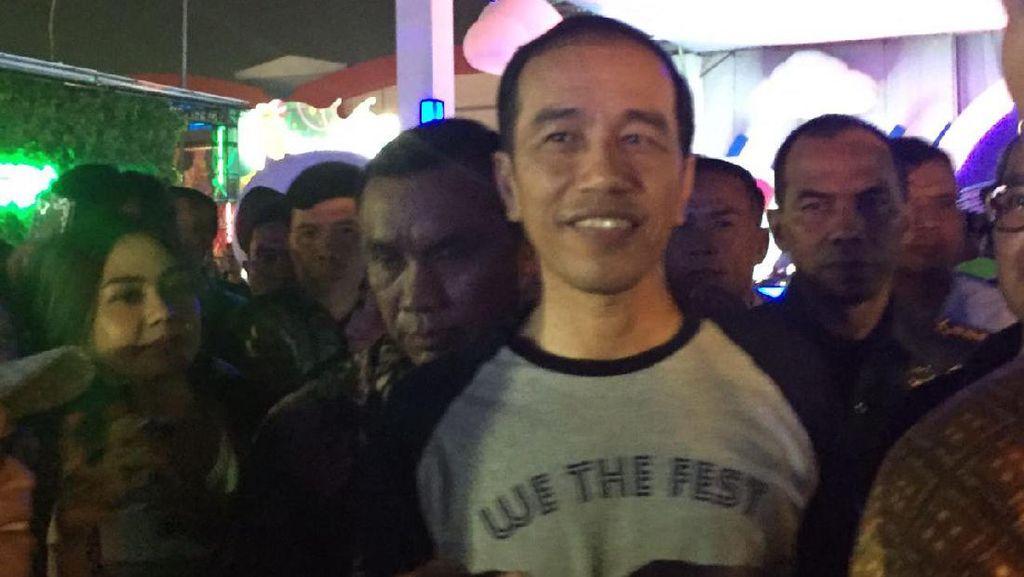Pakai Kaus, Begini Gaya Jokowi Nonton Konser Musik di Kemayoran