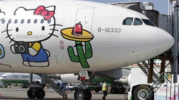 Tak mau kalah dengan kompetitor lainnya di Asia, maskapai EVA Air asal Taiwan juga menawarkan penerbangan serupa. Bedanya, menggunakan pesawat bergambar Hello Kitty mereka yang ikonik (reuters)