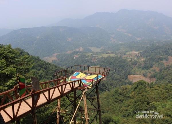 Wahana wisata Pabangbon sedang hits. Objek wisata ini menjadikan traveler serasa berada di atas awan (Foto: Brigida Emi Lilia/dtraveler)