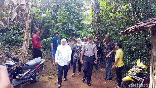 Sampaikan Duka Cita, Mensos RI Datangi Rumah Keluarga SR di Sukabumi