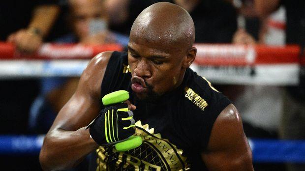 Daniel Cormier menilai Floyd Mayweather Jr. sangat tangguh dan tidak bisa dikalahkan Khabib Nurmagomedov di ring tinju.