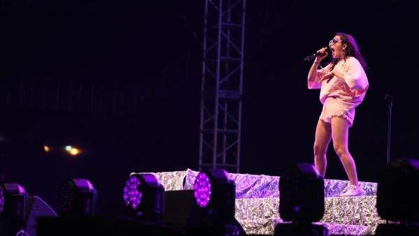 Bukan Musik Metal, Charli XCX Tetap Pikat Jokowi