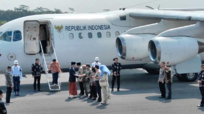 Kenakan Kain Sarung, Jokowi Siap Safari Pesantren di Jember